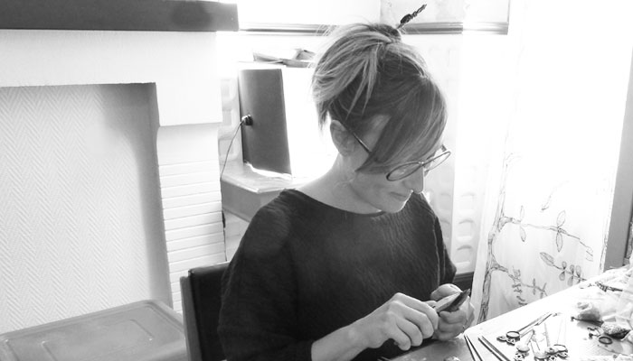 Elodie en train de créer ses bijoux